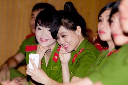 Dùở lại trường trực Tết nhưng các bạn sinh viên vẫn vui vẻ bên bạn bè
