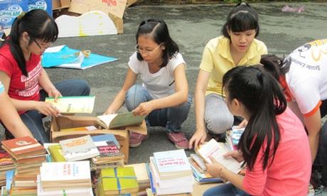Bee Group quyên góp sách vở ủng hộ các em nhỏ ở miền Trung.