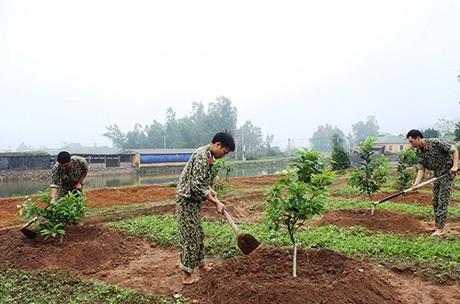 Chiến đấu viên Đội 11, Liên đội Đặc công 9 chăm sóc vườn cây ăn quả.