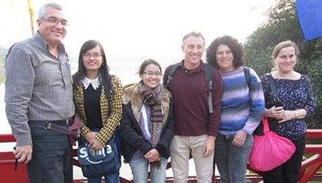 Tình nguyện viên Hanoi Free Tour Guides đưa du khách tới đền Ngọc Sơn. Ảnh: Nguyễn Hoan.