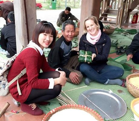 Tình nguyện viên đồng hành với du khách, cùng trải nghiệm, giao lưu văn hóa như những người bạn.
