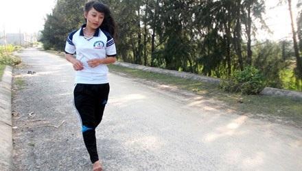 Em Duyên luyện tập ở đường quê xã Bình Thuận.