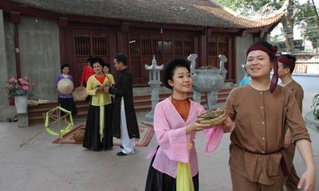 Phong (bên phải) trong một buổi tập luyện cùng CLB