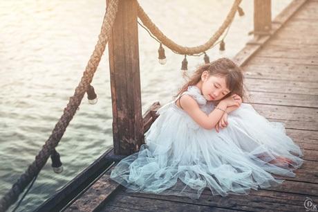 Tạo dáng điệu đà trong chiếc váy trắng thiên thần