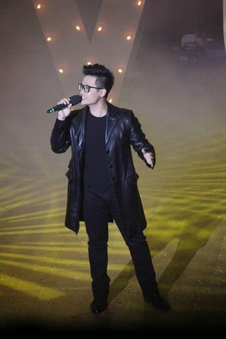 Ca sĩ Hà Anh Tuấngửi tặngphần trình diễn đầy đam mê.