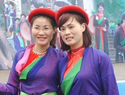 Nhiều miền quê khác cùng tụ hội về đây trưng diện những bộ quần áo tứ thân, chụp ảnh làm kỷ niệm.
