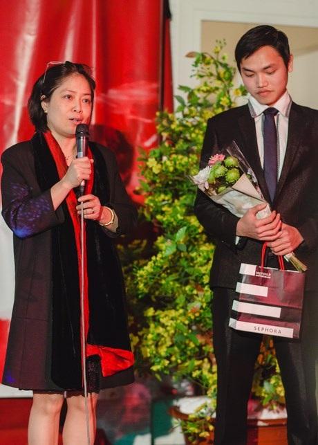 """Tham tán Nguyễn Thị Bích Huệ tặng quà """"Nhân vật của năm""""."""
