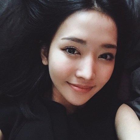 Vy Ngọc là mẫu ảnh cho một số tạp chí tại TPHCM.