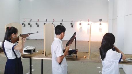 Các bạn trẻ TPHCM say sưa tập bắn súng thể thao.