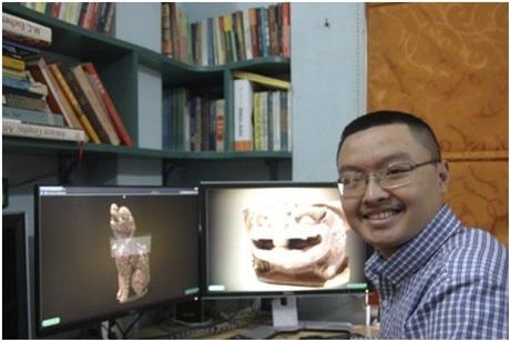 Nguyễn Trí Quang bên bàn làm việc