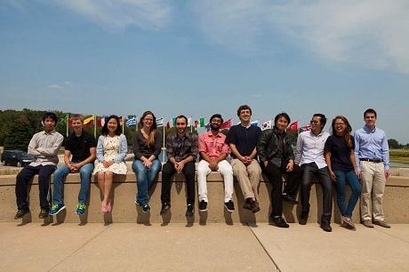 Cùng bạn bè trong chuyến nghiên cứu tại Phòng nghiên cứu Vật lý gia tốc quốc gia Fermilab.