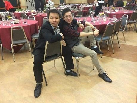Anh chàng và bạn thư giãn sau khi làm tiệc văn nghệ Taste of Asia ở trường McDaniel College.