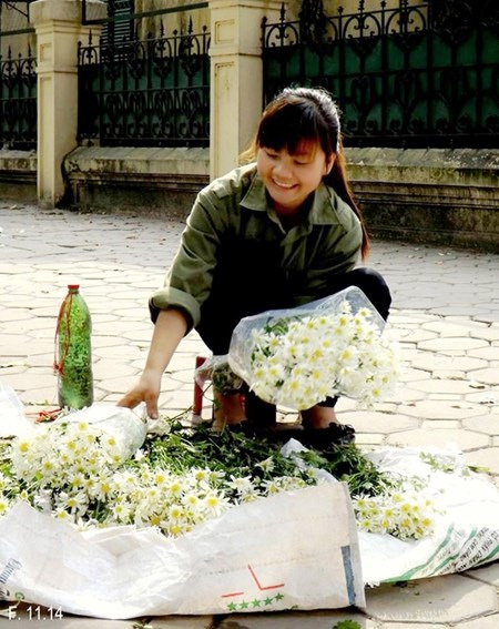 Khuyên bén duyên với công việc bán hoa dạo gần một năm nay.
