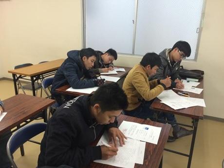 Học viên làm thủ tục nhập học và nghe tư vấn về việc làm thêm
