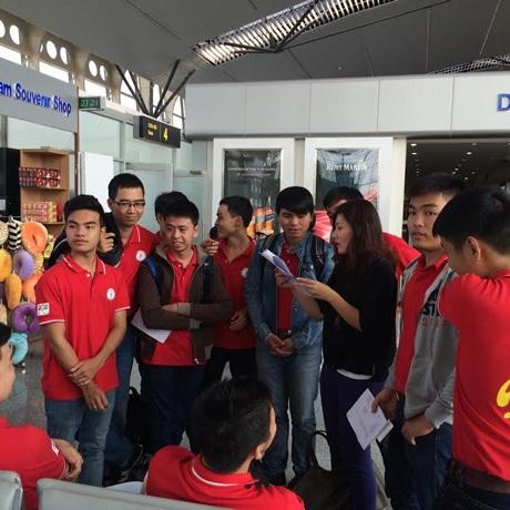 Chia nhóm và hướng dẫn điền form xuất cảnh tại sân bay Việt Nam