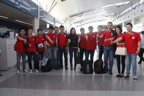 Học viên làm thủ tục tại sân bay Việt Nam