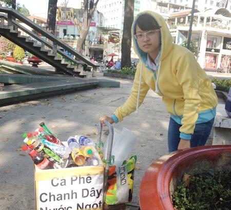 Khánh Phương với thùng nước giải khát đắt khách vào những ngày nắng oi bức. Ảnh: H.H .