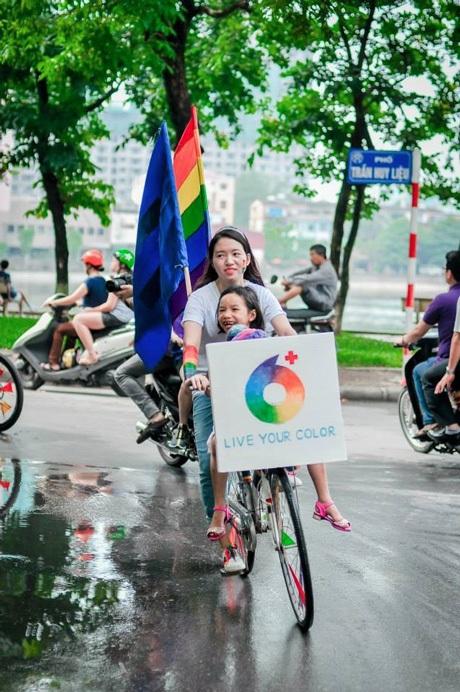 Lá cờ cầu vồng phấp phới trên xe Oanh trong hành trình 2000km.