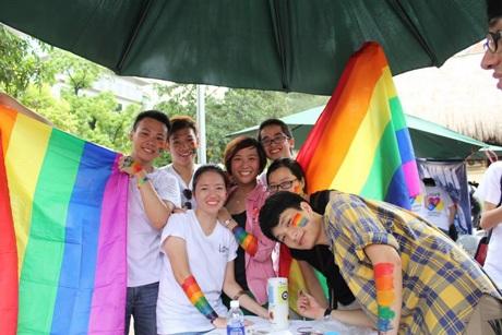 Vũ Kiều Oanh bên những người bạn trong cộng đồng LGBT.