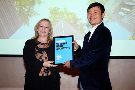 KTS Võ Trọng Nghĩa (phải)trong lần nhận giải thưởngkiến trúcquốc tế2014.