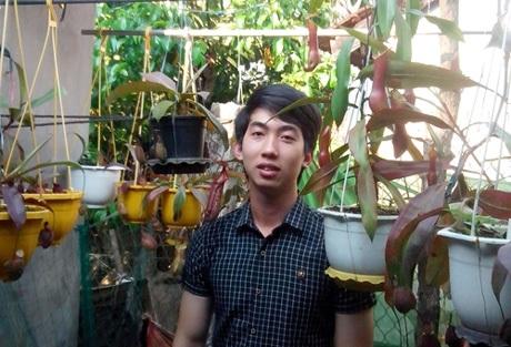 Đặng Long Vương và những cây nắp ấm nhân giống trong vườn nhà.