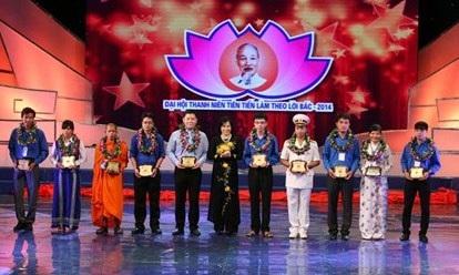 Cao Văn Thịnh (thứ 3 từ trái sang) trong Đại hội Thanh niên tiên tiến làm theo lời Bác..