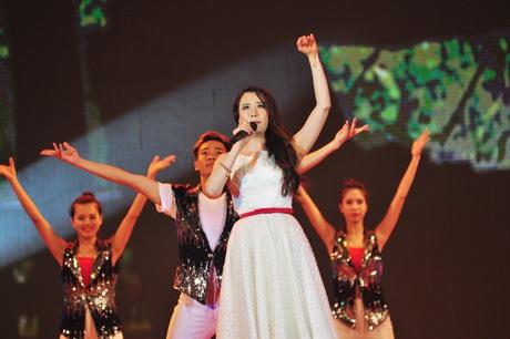 Hồ Quỳnh Hương bất ngờ góp mặt ở những phút cuối chương trình của SVtình nguyện thủ đô.