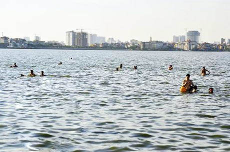 Tại các bể bơi, nhiều bạn trẻ Hà Nội tụ tập để hòa mình trong làn nước