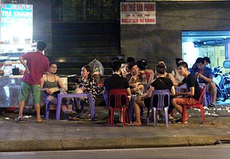 Nhiều bạn trẻ tìm đến các quán trà chanh, trà đá để giải khát