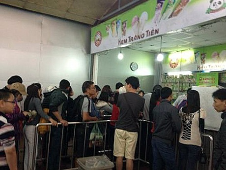 Cửa hàng kem Tràng Tiền chật ních khách hàng