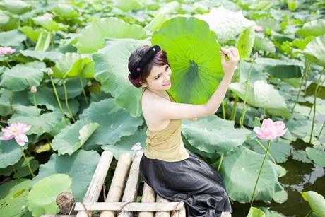 Nữ thủ khoa xinh đẹp ĐH Văn hóa e ấp bên hoa sen đầu mùa