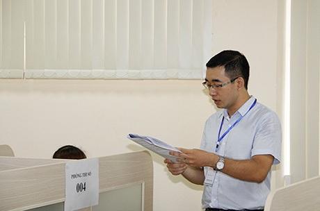 Cán bộ coi thi đọc quy chế và hướng dẫn trước các thí sinhlàm bài