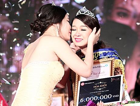 Nụ hôn chúc mừng của cựu hoa khôi trường ĐH Kinh doanh và Công nghệ dành cho Vân Anh