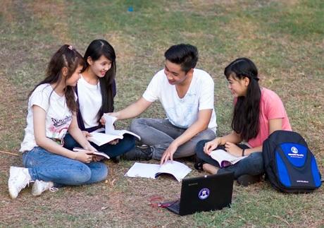 Sinh viên đại học Văn Hiến học ngoại khóa cùng nhau