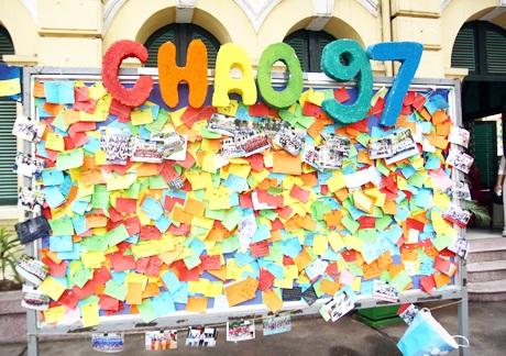 Tấm bảng ghim đầy những lời nhắn nhủ, thông điệp gửi tới các học sinh lớp 12 của trường