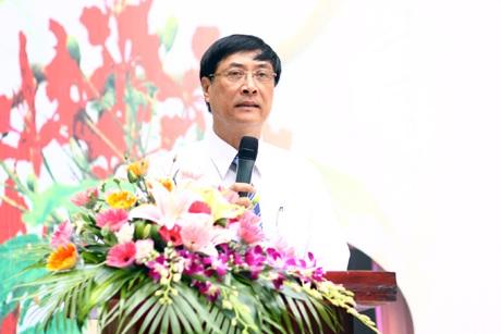 Thầy Hiệu trưởng Nguyễn Quốc Bình dặn dò các học sinh lớp 12 và gửi lời chúc tất cả