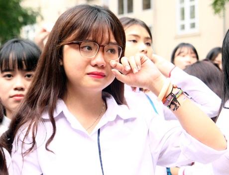 Những giọt nước mắt xúc động trào dâng khi giây phút chia tay mái trường Việt Đức thân yêu đã đến.