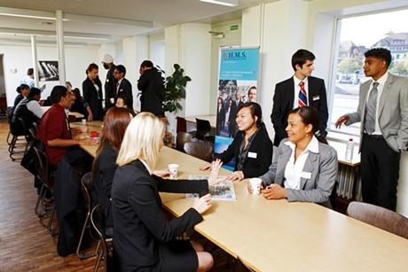 1. Thực tập hưởng lương và cơ hội việc làm toàn cầu: