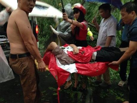 ...và đưa nạn nhân lên xe cứu thương