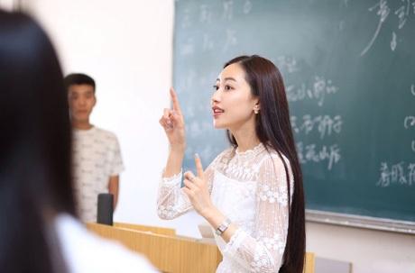 Nữ giảng viên 9X dáng chuẩn bất ngờ nổi tiếng mạng xã hội