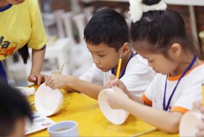 Các em học viên say sưa vẽ những những sản phẩm gốm mang dấu ấn của riêng mình