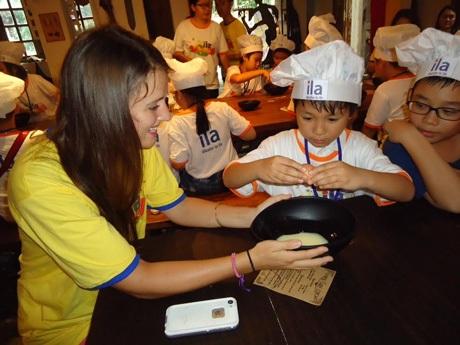 Các em học viên rất hứng thú khi được hướng dẫn làm bánh cupcake