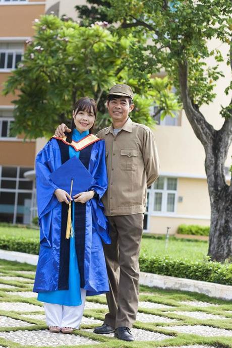 Hạnh chụp cùng bố trong khuôn viên trường