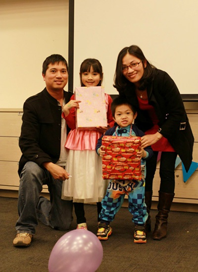 Các bé vui vẻ rạng rỡ khi nhận quà từ bố mẹ.