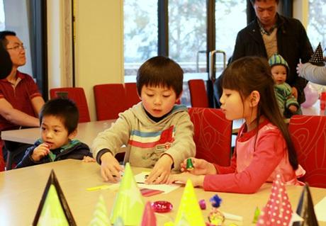 Các bé thoả sức sáng tạo vẽ tranh cùng nhau