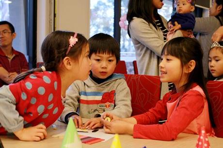 Bé Lily có mẹ là người Việt, cha là người Úc đang trò chuyện vui vẻ cùng với các bạn cùng trang lứa