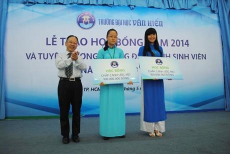 ThS Nguyễn Quốc Hợp – Phó hiệu trưởng nhà trường trao học bổng cho sinh viên xuất sắc