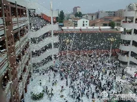 Trung Quốc: Học sinh xé sách tung giấy trắng xóa sân trường