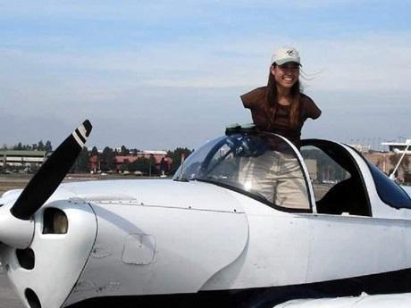 Sau 3 năm cần cù theo học, Jessica Cox đã có được bằng lái máy bay thể thao hạng nhẹ.
