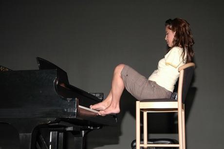 Jessica Cox cũng có thể chơi piano không thua kém nghệ sĩ nghiệp dư nào.